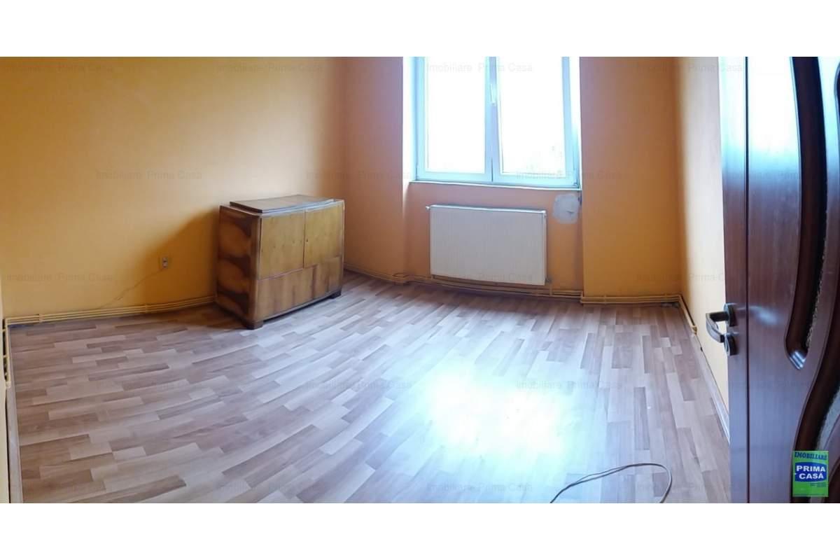 Bld. Bucuresti, inchiriez 3 camere, nemobilat, 200E