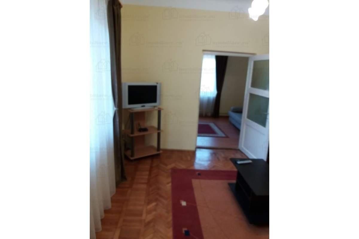 Dau in chirie casa central cu 2 camere ,bucatarie,baie,camara singur in curte