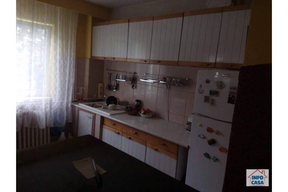 Ofer de inchiriat 4 camere