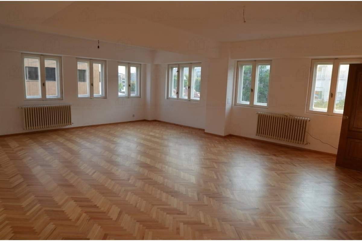 Proprietar inchiriez apartament 70MP