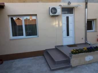 Inchiriezi casa cu 2 camere singur in curte